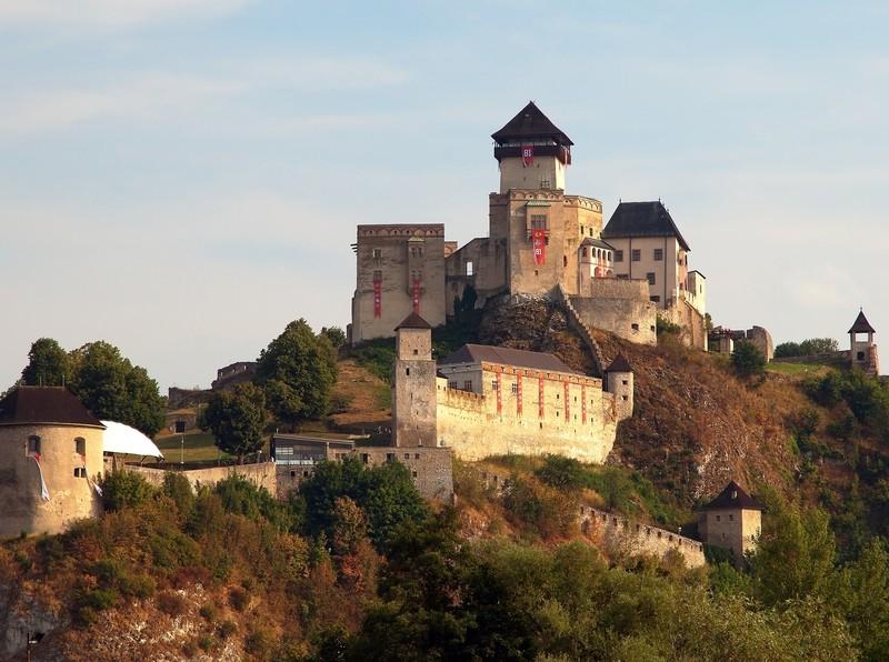 Trenčiansky hrad – dominanta Považia na strmom brale - zenysostylom.sk 992583f0ae7