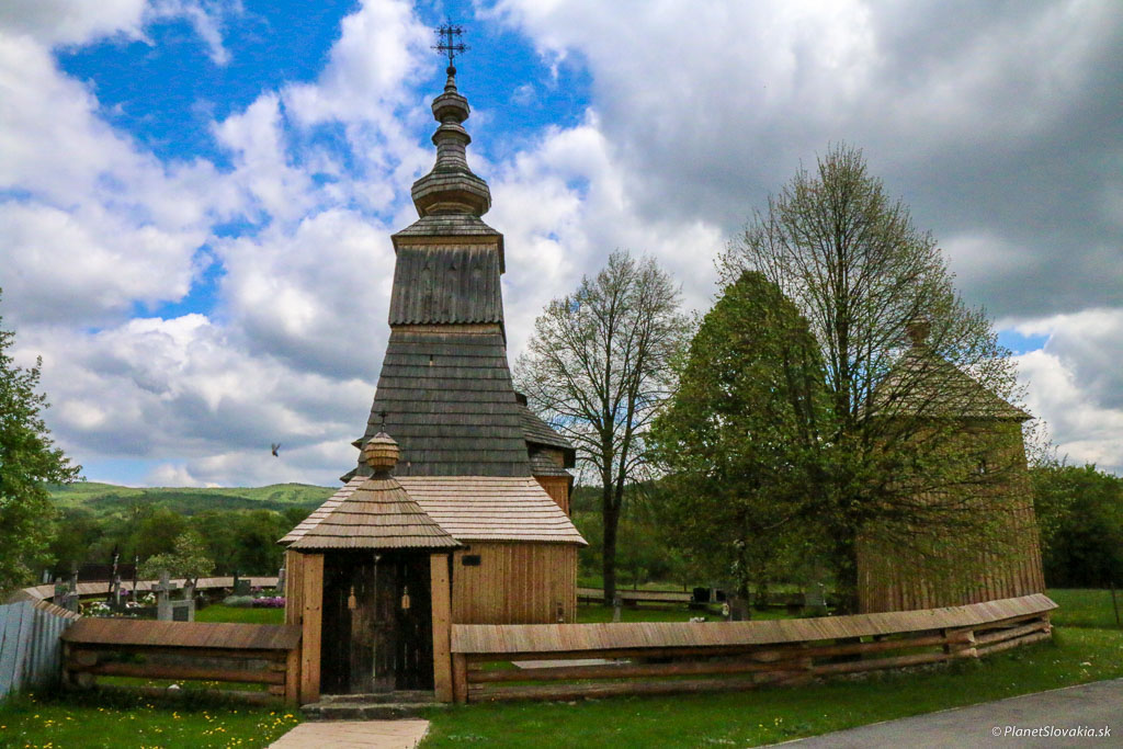 Kostolík je obkolesený pekným dreveným plotom a starými lipami